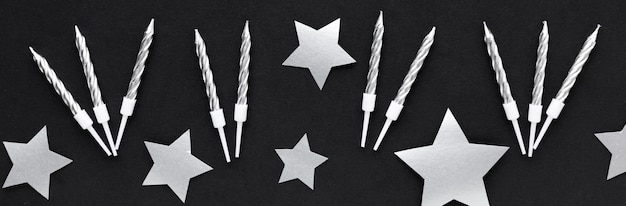 Decorações e velas de prata Foto gratuita