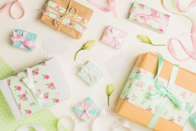 Decorado caixa de presente floral com tag em branco branco Foto gratuita