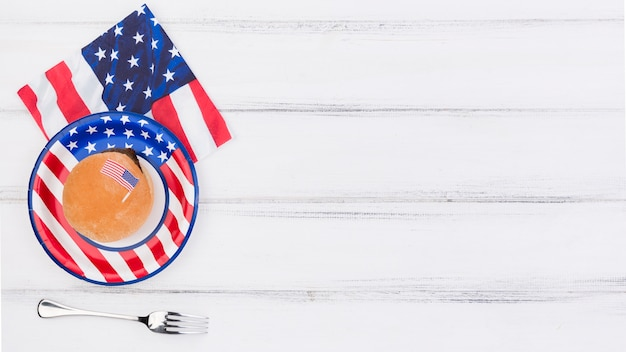 Decorado com placa de bandeira do eua, guardanapo e garfo na mesa Foto gratuita