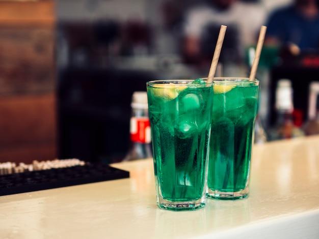 Decorado copos de bebida verde colorida Foto gratuita