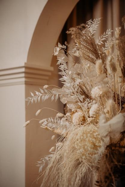 Decorado flores secas colunas interiores cortinas em arco Foto Premium
