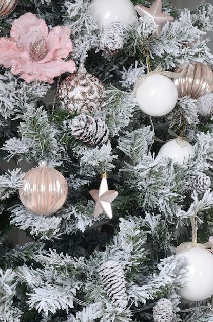 Decorando a árvore de natal de perto Foto Premium