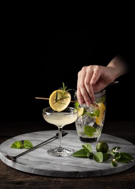 Decorar coquetel com barman mão na barra de contador com filtro e barra de equipamentos Foto Premium