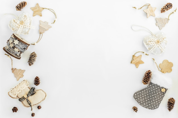 Decorationson artesanal rústico de natal de materiais naturais e festão em um branco com copyspace. Foto Premium