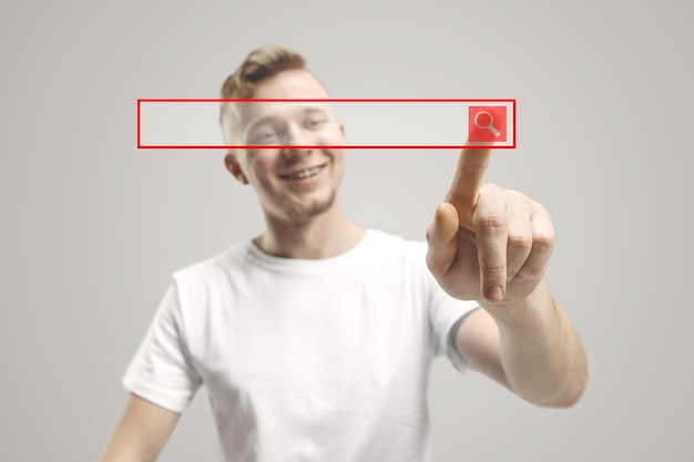 Dedo de empresário tocando a barra de pesquisa vazia, conceito de plano de negócios moderno - pode ser usado para inserir texto ou imagens. Foto gratuita