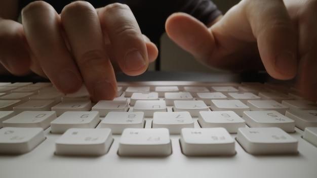 Dedo de foco suave de close-up digitando no teclado. Foto Premium