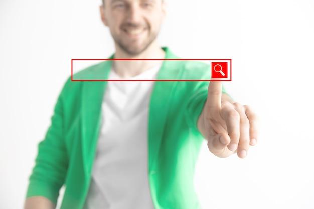 Dedo do empresário tocando a barra de pesquisa vazia Foto gratuita
