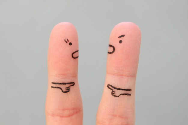 Dedos arte da família durante a briga. conceito de homem e mulher, culpando uns aos outros. Foto Premium