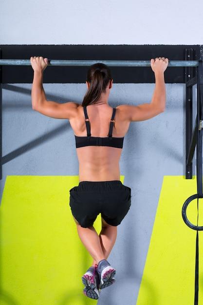Dedos crossfit para bar mulher pull-ups 2 bares treino Foto Premium