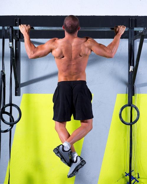 Dedos do pé crossfit para bar homem pull-ups 2 bares treino Foto Premium