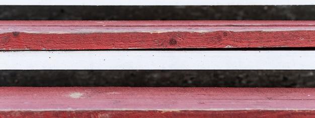Degraus de madeira, cor vermelha e branca. Foto Premium