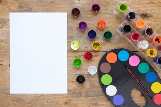Deite-se de papel de carta de pintura e papel Foto gratuita
