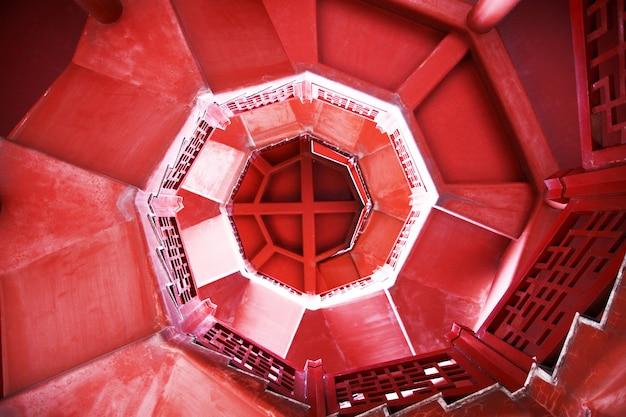 Deite-se uma escada em espiral abstrata de sonho com passos em movimento e o tapete vermelho Foto Premium