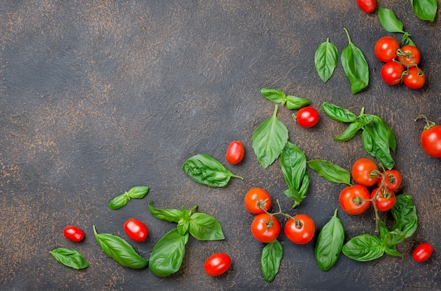 Deixa manjericão verde, tomate cereja e tempero peper Foto Premium