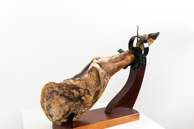 Delicatessen espanhol seco presunto de carne curada Foto Premium