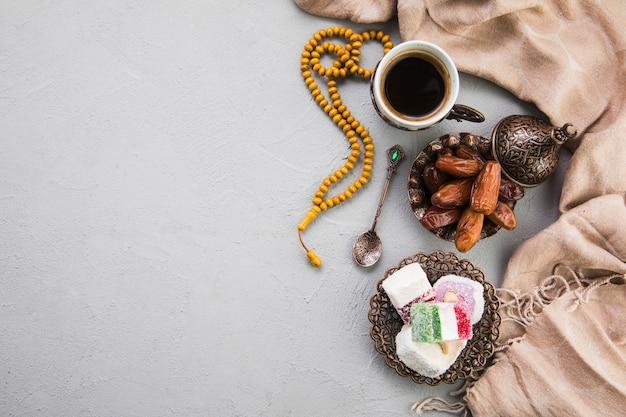 Delícia turca com xícara de café e frutas de datas Foto Premium