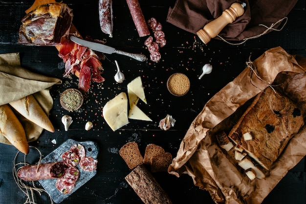 Delícias de carne variadas: varas de salame defumado, queijo, temperos, presunto Foto gratuita