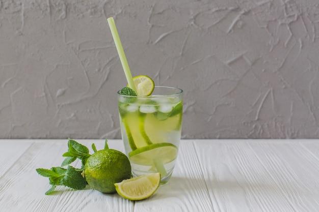 Deliciosa bebida com fatias de limão Foto gratuita