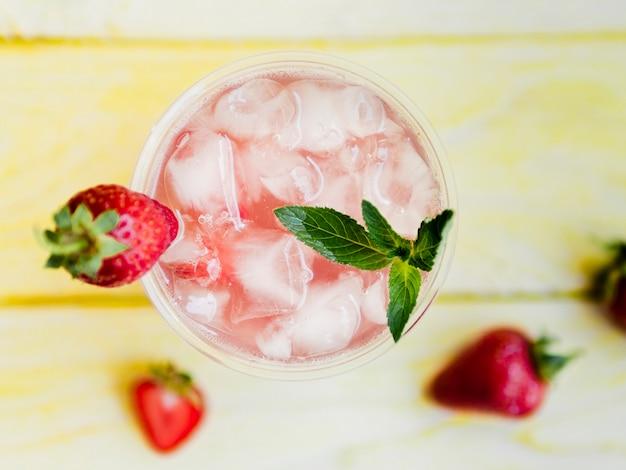 Deliciosa bebida de morango com hortelã e gelo Foto gratuita