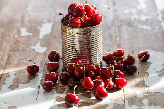 Deliciosa cereja em cima da mesa Foto gratuita