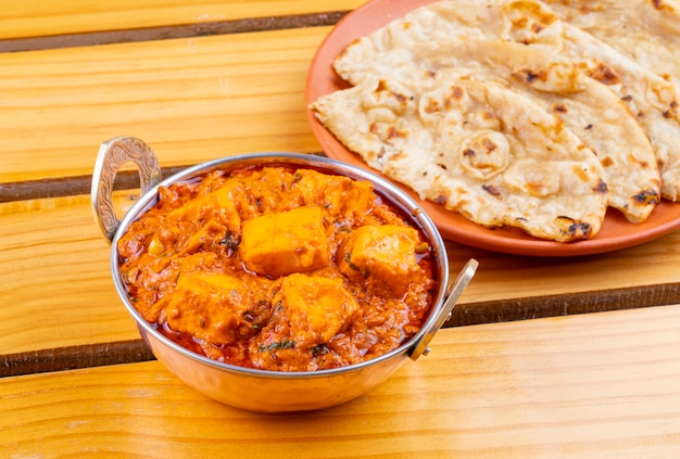 Deliciosa culinária indiana paneer toofani, servida com tandoori roti Foto Premium