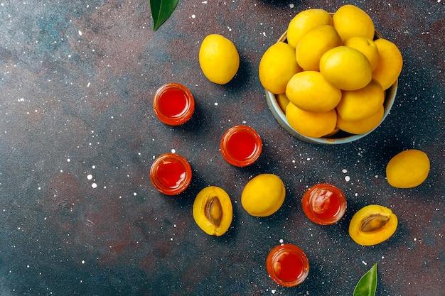 Deliciosa geléia caseira de damasco com frutas frescas de damasco. Foto gratuita