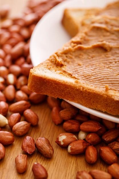 Deliciosa manteiga de amendoim em uma torrada Foto gratuita