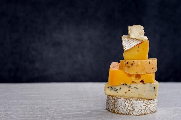 Deliciosa pilha de queijo em uma mesa Foto gratuita
