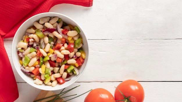 Deliciosa salada de feijão de madeira cópia de fundo de espaço Foto gratuita