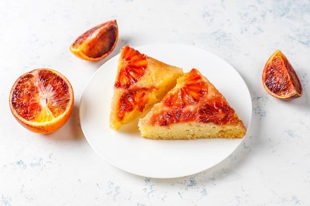 Deliciosa sobremesa francesa tart tatin com laranja de sangue. Foto gratuita