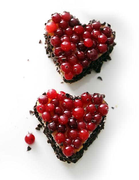 Deliciosa torta em forma de coração em cima da mesa Foto gratuita