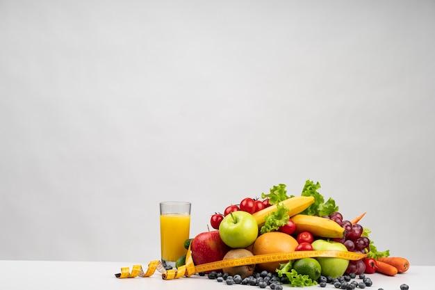 Deliciosa variedade de frutas e suco Foto Premium