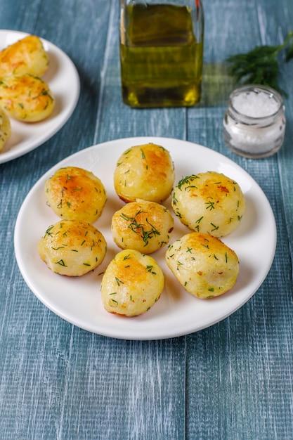 Deliciosas batatas jovens assadas com endro, vista superior Foto gratuita