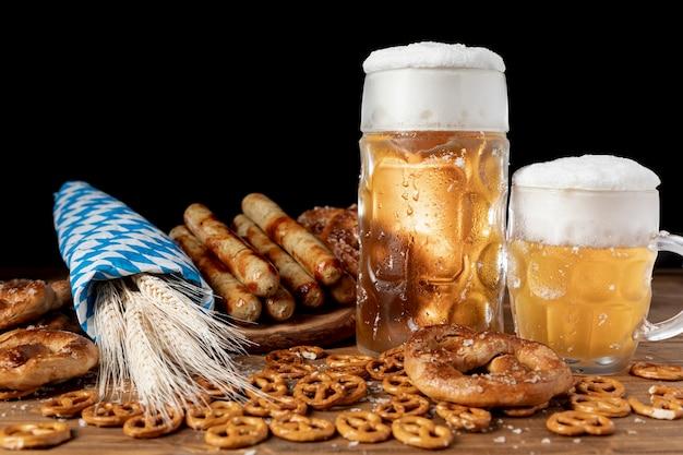 Deliciosas bebidas e petiscos da baviera Foto gratuita