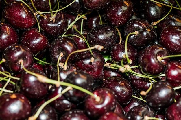 Deliciosas cerejas à venda no mercado Foto gratuita