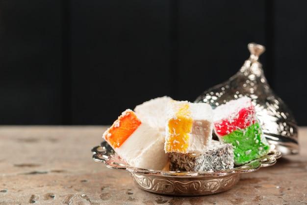 Deliciosas delícias turcas coloridas Foto Premium