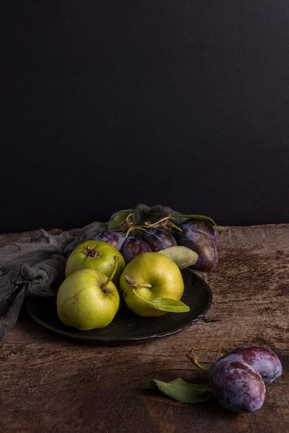 Deliciosas frutas de outono no prato Foto gratuita