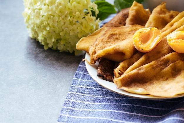 Deliciosas panquecas e café da manhã damasco Foto gratuita