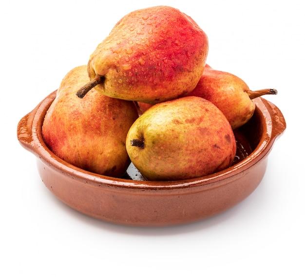 Deliciosas peras vermelhas em panela de barro. isolado. Foto Premium