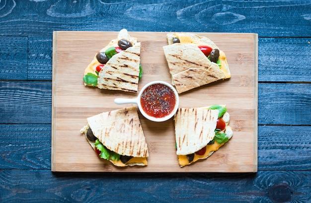 Deliciosas quesadillas de legumes com tomate, azeitonas e queijo cheddar Foto Premium
