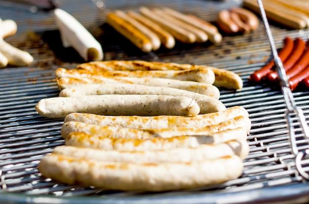 Deliciosas salsichas na churrasqueira Foto Premium