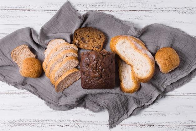 Delicioso arranjo de pão branco e integral Foto gratuita