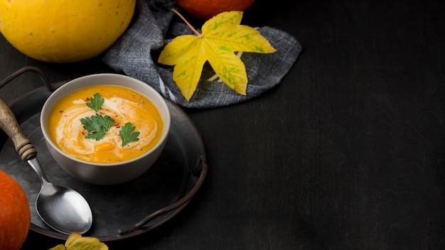 Delicioso arranjo de sopa de outono com espaço de cópia Foto gratuita