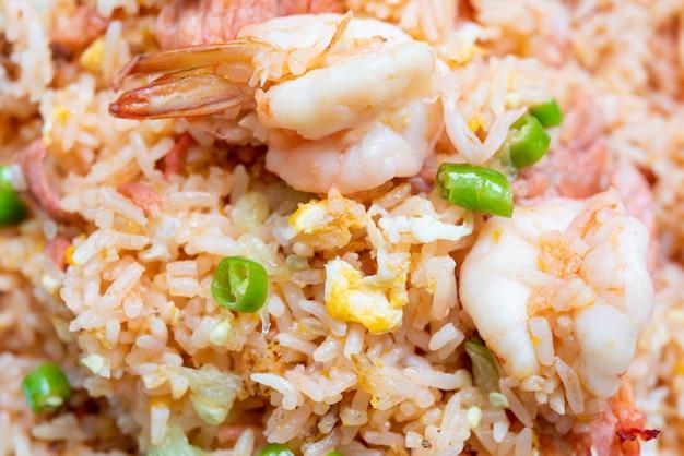 Delicioso arroz frito tailandês com ovo de porco camarão e pimenta Foto Premium