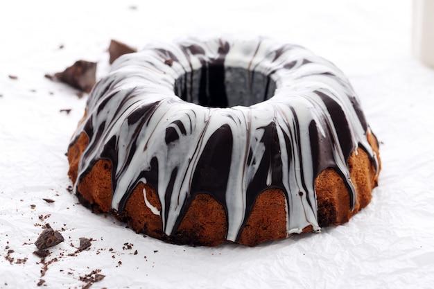 Delicioso bolo com chocolate branco Foto gratuita