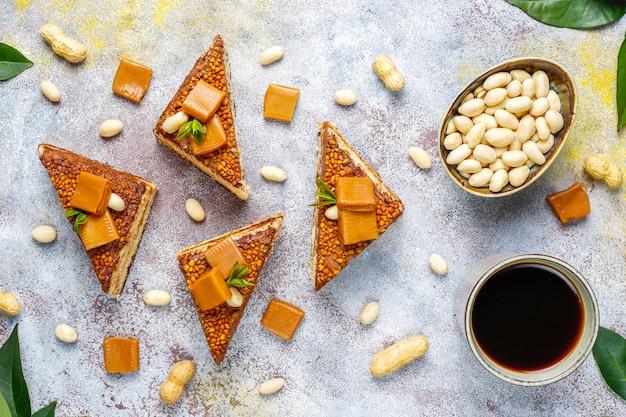 Delicioso bolo de caramelo e amendoim com amendoim e balas de caramelo Foto gratuita