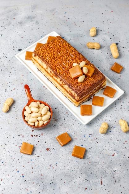 Delicioso bolo de caramelo e amendoim com amendoins e balas de caramelo, vista superior Foto gratuita