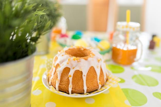 Delicioso bolo de pascoa na mesa Foto gratuita