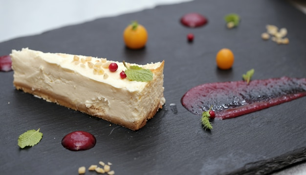 Delicioso bolo e seus ingredientes Foto gratuita