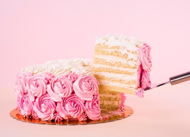 Delicioso bolo rosa com formas de rosas Foto Premium